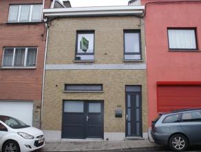 Agréable maison entièrement rénovée se composant au rez-de-chaussée: hall d'entrée (9m²), garage/buande