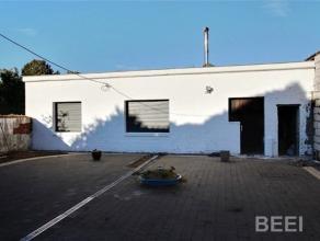 Bungalow situé à Rocourt en retrait de la route, accès à une terrasse en Klinkers et deux garages, hall, séjour, cu