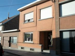 Maison situé dans une rue calme à proximité immédiate de commerces et écoles. La maison est composé au RDC d