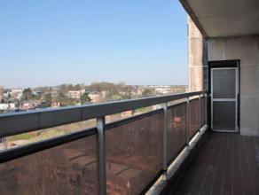 Situé au 11ième étage d'un immeuble avec ascenseur, ce très bel appartement rénové de 3 chambres est compos&