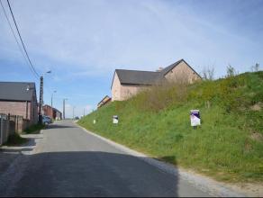 Beau terrain à bâtir à cheval entre Hannut et Braives. Situé à Moxhe rue Basse Chaussée au croisement de la r