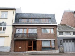 Maison construite en 1977 agréable, chaleureuse et disposant de grandes baies vitrées qui apportent une belle clarté! Les pi&egra