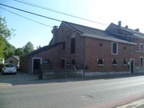 Petite maison charmante avec grande cour. Elle se compose d'un hall d'entrée, cuisine équipée, WC, petit séjour, salle de