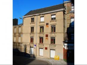 Maison d'habitation avec une cour, cinq chambres.Composition:- rez : WC, buanderie, cour, débarras, 1 grande chambre (5x7m);- 1er : living (8.5