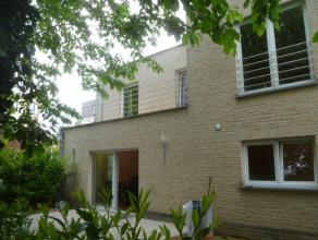 Belle maison moderne de +/- 220m². Parquet, double vitrage et porte blindée. REZ: Garage, hall, WC, bureau (+/- 10m²) spacieux living