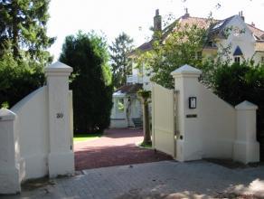 Idéalement située, dans le quartier du Prince d'Orange, qui offre un environnement calme et verdoyant tout en étant à prox