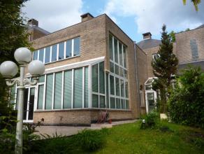Idéalement située, à 2 pas de la forêt de Soignes et de l'école européenne, belle et lumineuse villa r&eacute