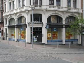 CHARLEROI Rue de la Montagne, 49  Au centre ville, très beau rez commercial dans un superbe immeuble. Le rez offre une superficie de 110 m&sup2