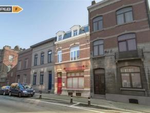 NAMUR... Spacieuse et lumineuse Maison 2 façades en bon état comprenant : Hall d'entrée Cuisine équipée Salon S&agr