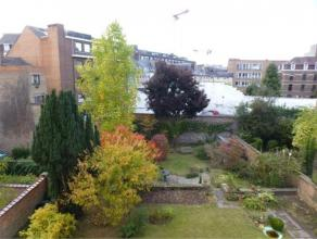 Rue Godefroid 1A, 5000 NAMUR. Grand appartement situé au coeur de la ville de Namur.Appartement de 127m² composé comme suit: hall d