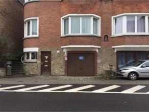 Garage en bon état avec porte basculante. Il offre l'énorme l'avantage de pouvoir garer une deuxièmevoiture devant la porte Id&ea