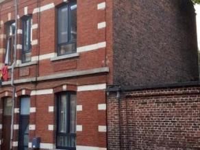 Dans un quartier calme proche de la gare et du centre (10 minutes à pied), nous proposons une maison de ville saine aux volumes agréable