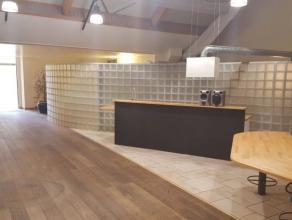 A proximité de Namur, nous proposons une belle surface commerciale de 120m² en retrait de la chaussée. Elle comprend un vaste espac