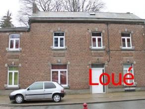 A proximité de tous commerces et facilités, joli petit appartement au 1er étage d'une maison comprenant : un living de 25m²,