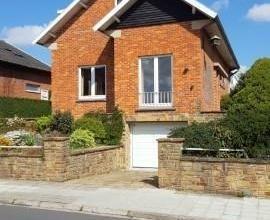 Dans un quartier calme sur les hauteurs de Namur, nous proposons à la location une bonne maison avec garage et jardin. Son rez-de-chauss&eacute
