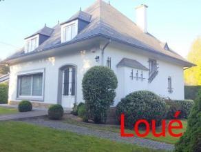 Dans une rue calme proche de la vallée de la Meuse, nous proposons une belle villa avec garage et jardin. Son rez-de-chaussée se compose