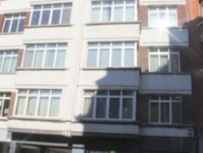 Dans le quartier art déco du centre ville, nous proposons un bel appartement rénové de 120m² au 2ème étage d'u