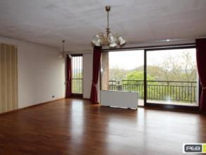 Charleroi rue du Parc (Face au Parc) dans un bel immeuble spacieux appartement de 110m², 3 chambres, salle de bains et salle de douche, cuisine &
