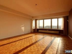 Gilly dans un immeuble très bien entretenu, proche du centre et du ring, un spacieux et lumineux appartement 2 chambres de +-110m² situ&ea