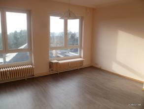 A LOUER, coquet appartement comprenant: hall, living, cuisine, salle de bains, 2 chambres, balcon, garage, 1 caves, excellent état et tout conf