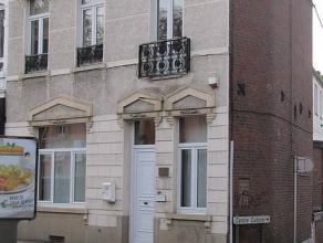 Le bien récemment rénové et actuellement destiné à usage de bureaux est situé au centre de Mont - Sur - Marc