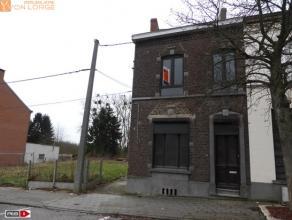 A proximité des commodités, charmante maison entièrement rénovée composée de 3 chambres, cour et jardin. Ell