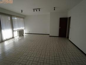 Superbe appartement lumineux au REZ-DE-CHAUSSEE à proximité des facilités. Composition : hall d'entrée avec WC Sépa
