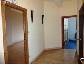 Bel appartement situé à la ville haute dans une résidence de 3 unités comprenant  un hall (7,30 m²), une cuis. &eacut