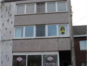 Dans un petit bloc comprenant 3 appartements. proche du Centre-ville, l'appartement au 1er étage, très éclairé, comprenant