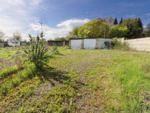 Terrain en zone d'habitat. 47m de façade. +/-13 ares 66 ca avec diverses constructions (bureau, gar.). Opportunité pour indépenda