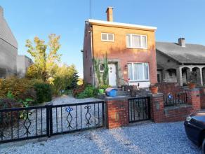 (Haies): Très belle maison 3 façades idéalement située au calme. Hall+wc, living, cuisine, terrasse, 3 chambres, salle de