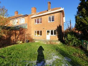 Très bonne maison 3 façades idéalement située dans un quartier calme et aéré. Hall d'entrée, wc, beau
