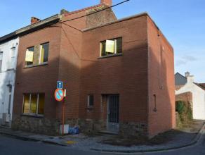 Mont-sur-Marchienne: Maison 3 façades comprenant: Grand hall d'entrée, wc, cuisine, living avec feux ouvert cassette, annexe. Etage: pal