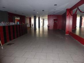 SURFACE COMMERCIALE DE 350m² SITUER EN PLEIN CENTRE-VILLE DESCRIPTIF:1er NIVEAU: Surface de 250 m² avec un bar, arrière cuisine, WC s