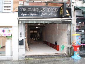Nog geen nederlandstalige versie beschikbaarSitué au centre ville de Bastogne, rez de chaussé commercial brut de 100 m².Accè