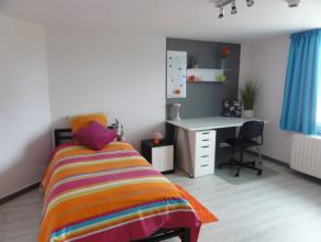 Kot met meubels (bed en kast) met wasbakSalon, zeer ingerichte keuken, berging, wc, terras worden gebruikt door de 4 koten.Verwarming, electriciteit e