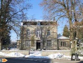 À vendre au cur du village de Lierneux, superbe ancienne maison de maître. Construction solide et de prestige utilisée pendant des