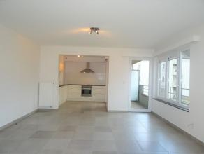 Appartement composé d'un hall d'entrée avec espace vestiaire, un lumineux séjour et une cuisine équipée. Ainsi que