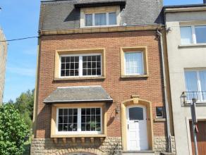 Maison située à Arlon, proche du centre, écoles, bus, gare et grands axes. Composée d'un hall d'entrée, un wc s&eac