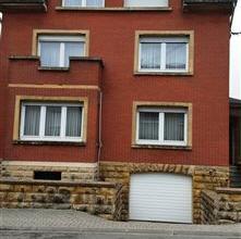 Au calme dune rue sans issue, découvrez cette maison 4 façades sise sur son terrain de 4a77. Le sous sol est composé de grandes c