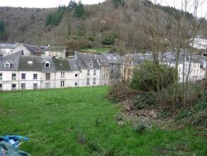 Terrain à bâtir d'une superficie de245m² situé proche du centre de Bouillon sur Semois.