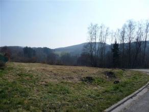 Beau terrain à bâtir d'une superficie de 1105 m², situé à 2 kilomètres du centre de Bouillon  Il se trouve dans