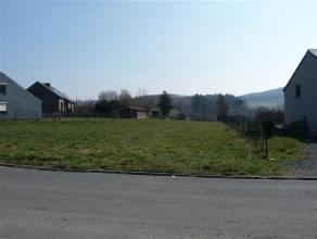 Beau terrain à bâtir d'une superficie de 1166 m², situé à 2 kilomètres du centre de Bouillon  Il se trouve dans