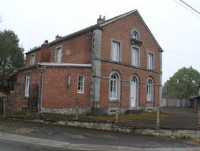 PETITHAN: Cette ancienne école située au centre du village de Petithan a énormément de caractère.Le bâtiment
