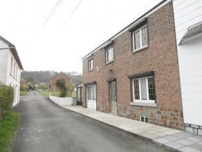 Barvaux : situé dans une petite rue calme, proche du centre et de toutes les commodités, cette maison 3 façades est compos&eacute