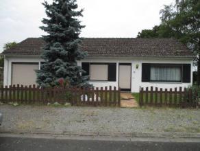 Villa de plain pied située dans quartier un résidentiel à proximité des magasins et autoroutes. Compr. : hall living cuisi