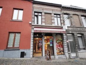 Mons rue du Parc 29. Trés joli immeuble montois comprenant: rez commercial + pièce à l'arriere servant de réserve et chamb