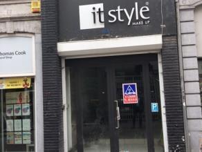 Rue de la Chaussée 17. Idéalement situé dans le piétonnier, rez-de-chaussée commercial de 75M² (4 m de fa&cced