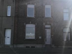 Belle maison 2 façades en bon état comprenant: 2 caves, hall d'entrée, grand séjour, cuisine équipée, wc, v&