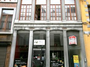 Immeuble de rapports locatifs avec 4 appartements + local commercial. Revenus nets: 2730 . Superbe façade en pierre bleues et entrée pri